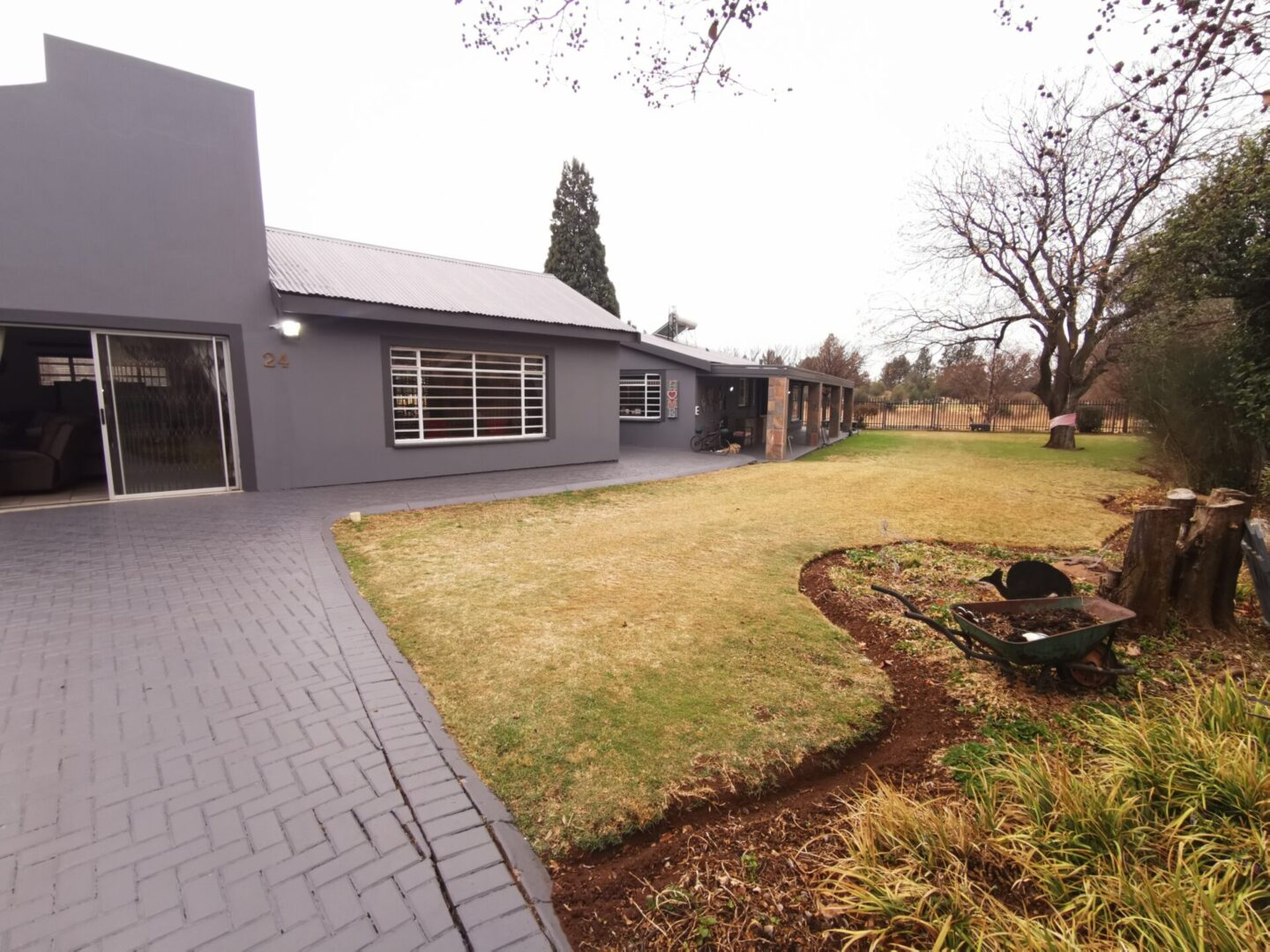 Neat and spacious family home on Golf course in Meyerton Central